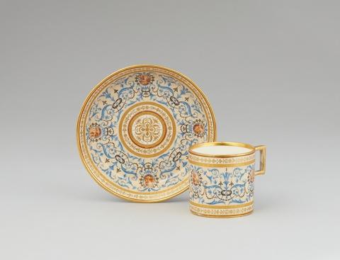 Tasse und Untertasse mit blauen Arabesken -