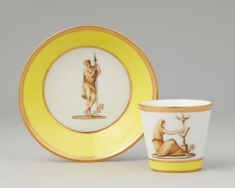 Tasse und Untertasse mit antikischen Figuren -