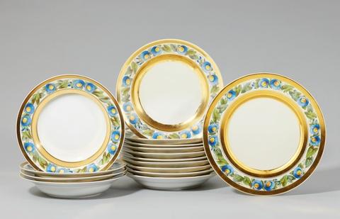 Zehn Speiseteller und vier Suppenteller aus dem Service mit blauen Winden -