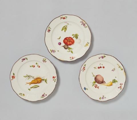 Drei Teller mit Gemüse und Obst -