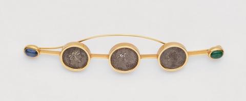 Nadel mit römischen Münzen -