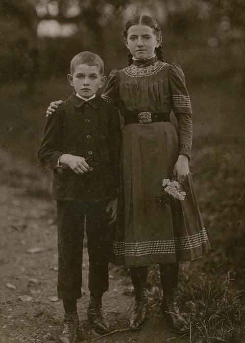 August Sander - Ohne Titel (Zwei Kinder aus Kroppach/Westerwald)
