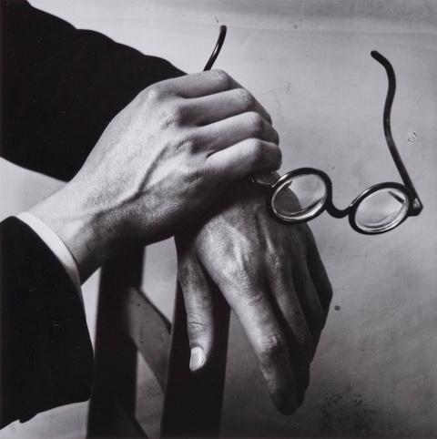 André Kertész - Les Mains de Paul Arma