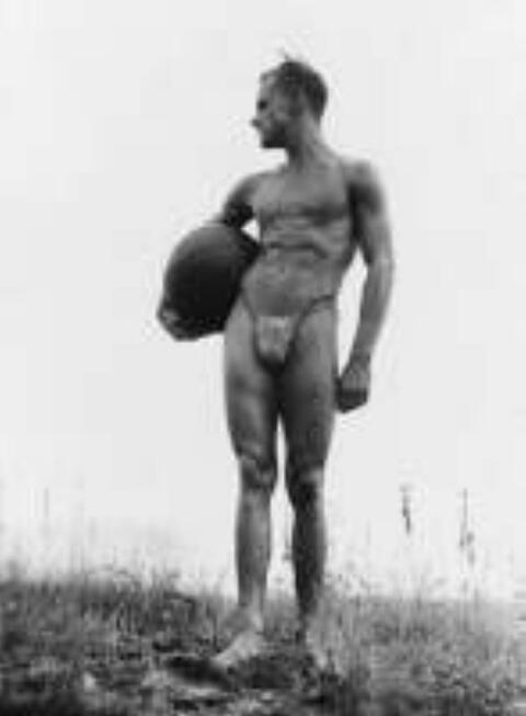 Gerhard Riebicke - Stehender Athlet mit Ball