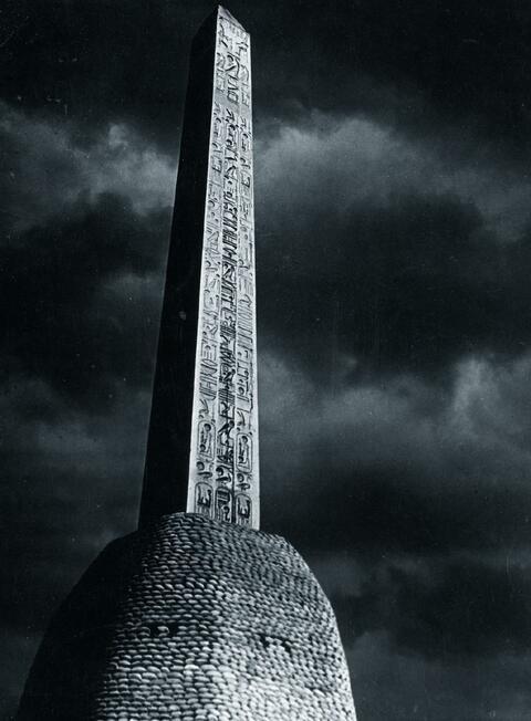 Brassaï (Gyula Halász) - L'Obelisque par claire de lune