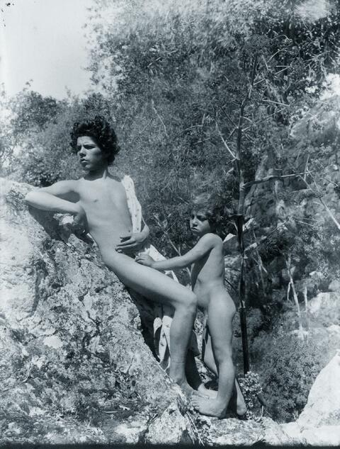 Wilhelm von Gloeden - Zwei Jungen am Felsen
