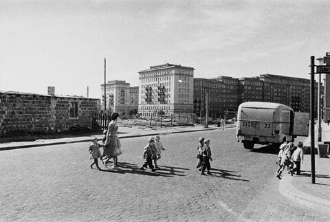 Arno Fischer - Ost-Berlin, im Hintergrund die Stalinallee