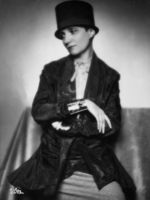 Madame D'Ora (Dora Philippine Kallmus) - Modell mit Art Deko Schmuck (Laurence Rittener)