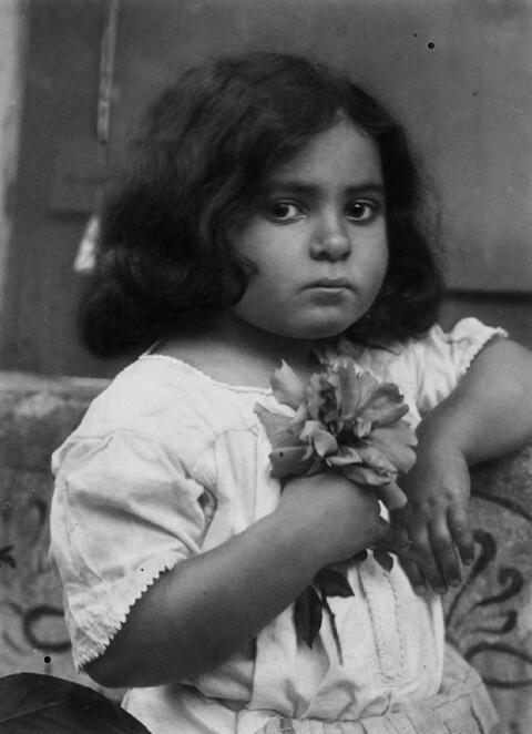 Wilhelm von Gloeden - Mädchenportrait mit Blumen