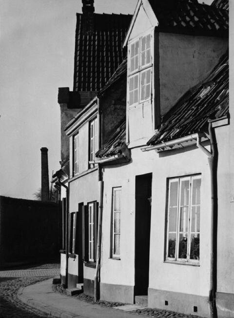 Albert Renger-Patzsch - Häuser an der Wankenitz-Mauer in Lübeck