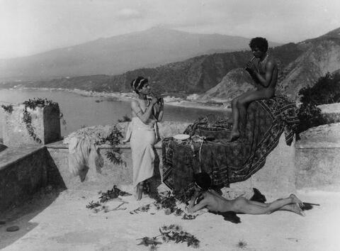 Wilhelm von Gloeden - Flötespielende Knaben in Taormina
