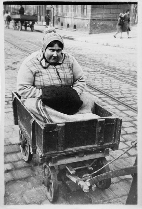 Franz Roh - Blinde Frau mit Leiterwagen