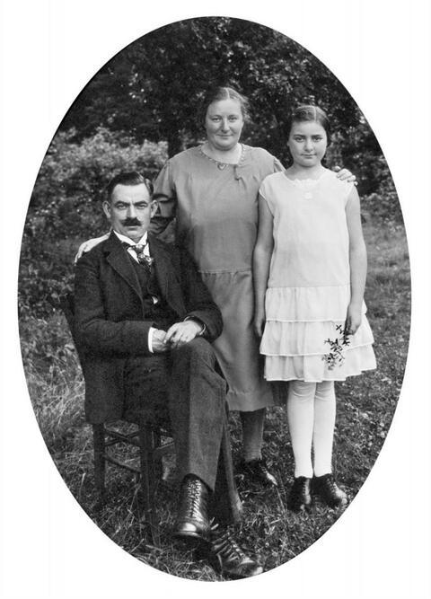 August Sander - FAMILY PORTRAIT