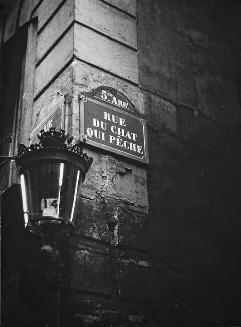 Robert Doisneau - RUE DU CHAT QUI PECHE, PARIS