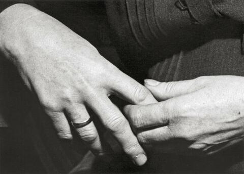 André Kertész - MUTTERS HÄNDE
