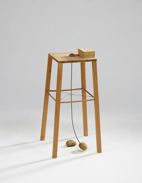 Sigmar Polke - Apparat, mit dem eine Kartoffel eine andere umkreisen kann
