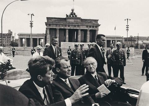Will McBride - John F. Kennedy, Willy Brandt und Konrad Adenauer vorm Brandenburger Tor, Berlin